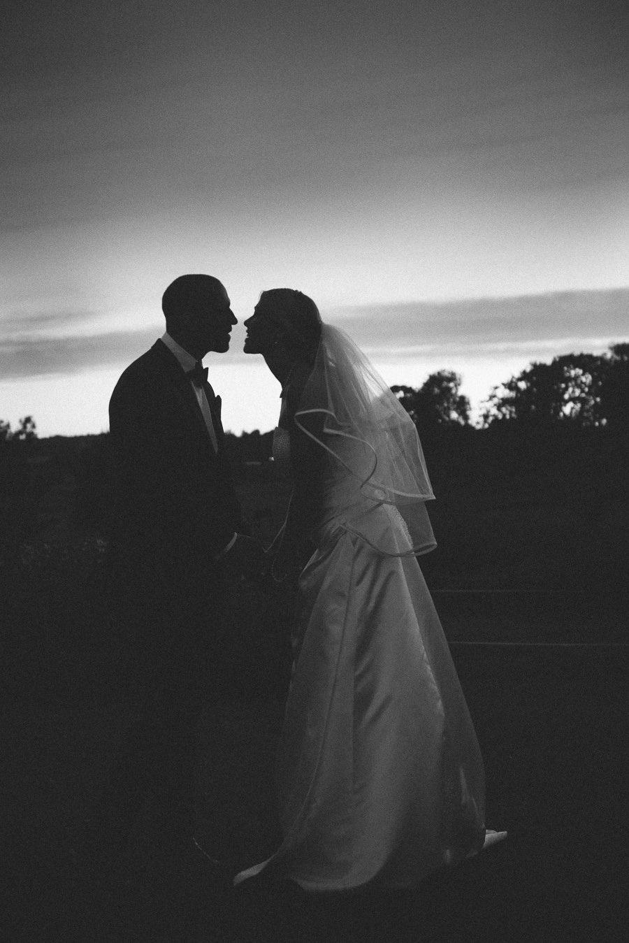 bröllopsfotograf Göteborg - bröllopsporträtt solnedgång siluett kyss
