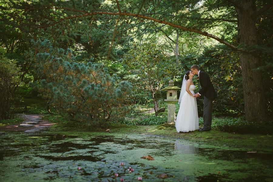 Bröllop i Botaniska Göteborg - porträtt på brudparet vid Japanska Trädgården