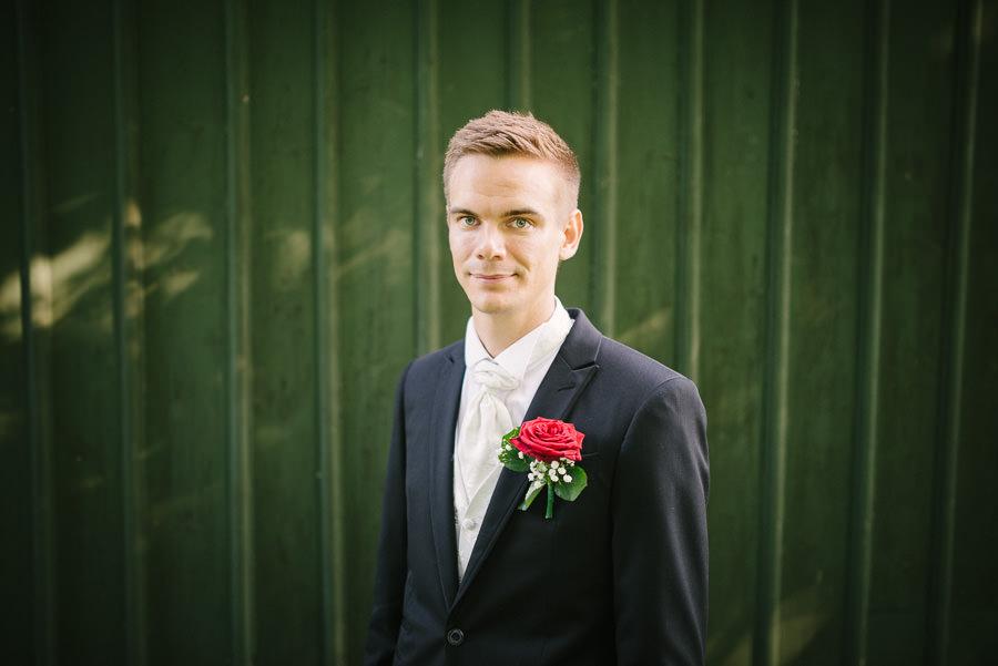 Bröllopsfotograf  i Göteborg. Bröllop i Göteborgs Botaniska Trädgårdar - porträtt på brudgummen