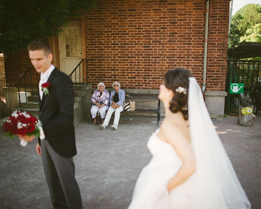 Bröllopsfotograf  fotojournalistisk reportagestilGöteborg. Bröllopsfoto i Botaniska - tanter på bänk