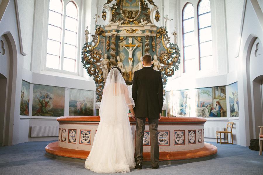 Bröllopsfotograf Mölndal. Bröllop i Fässbergs kyrka - brudparet under vigsel