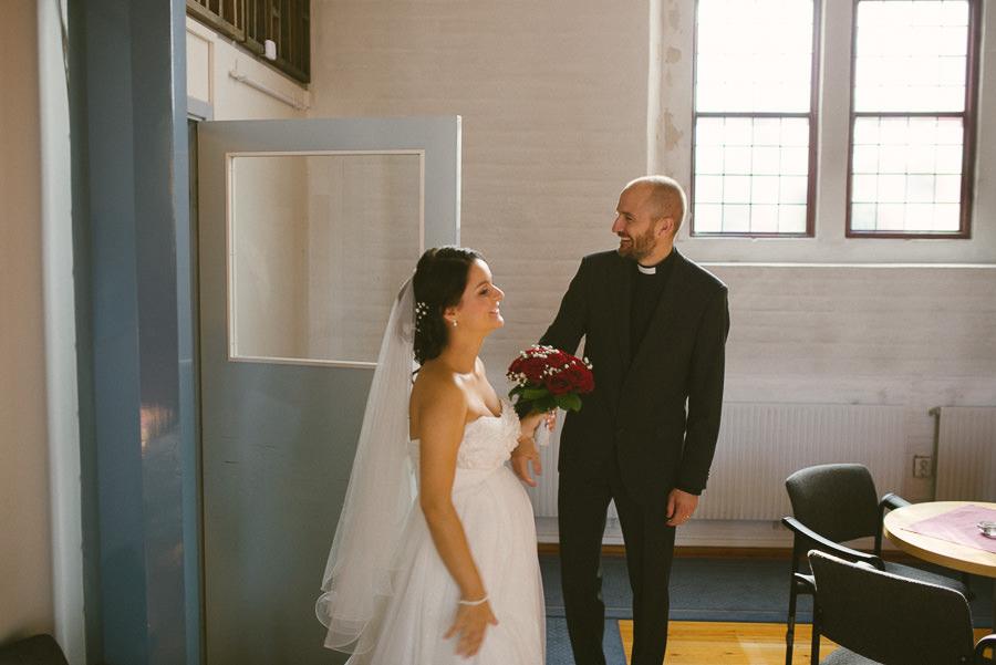Bröllopsfotograf Mölndal fotojournalistisk reportagestil. Bröllop i Fässbergs kyrka - brudparet pustar ut efter vigseln