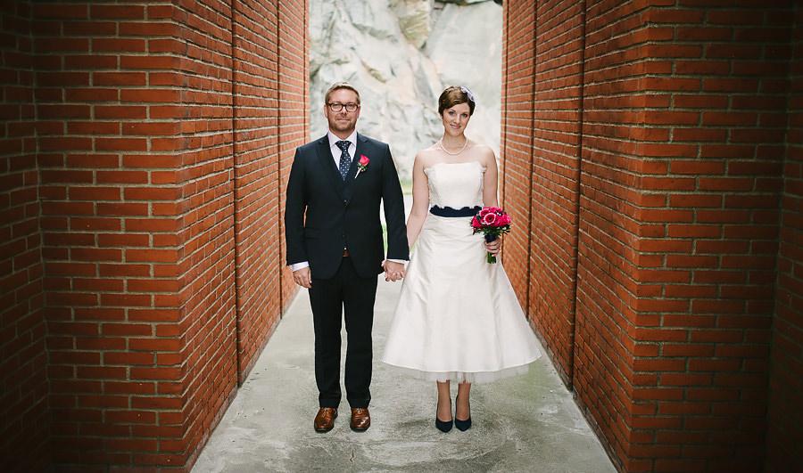 Bröllop Eriksberg Göteborg - porträtt på brudparet i tegelbyggnad