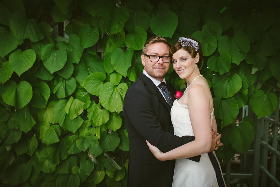 Bröllop Eriksberg Göteborg - porträtt på brudparet med grönska i bakgrunden