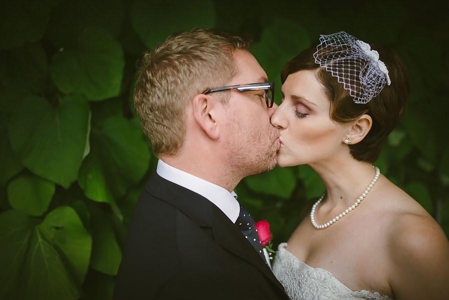 Bröllop Eriksberg Göteborg - porträtt på brudparet med kyss
