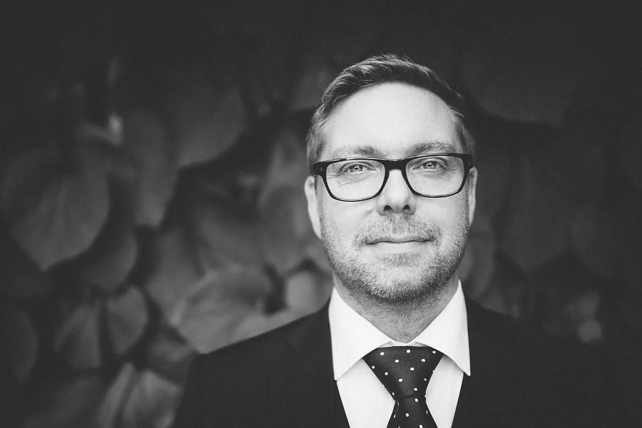 Brölllopsfotograf Eriksberg Göteborg - porträtt på brudgummeni svartvitt