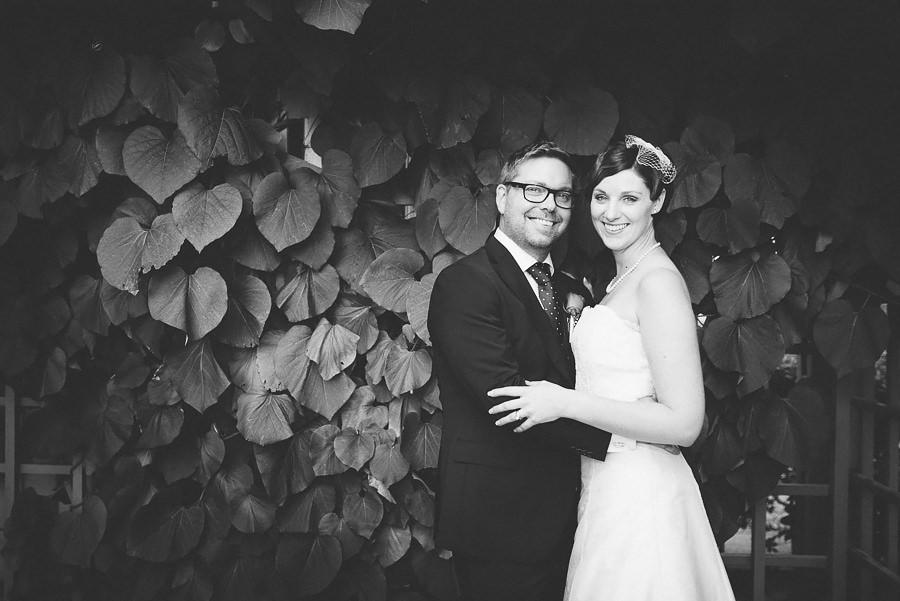 Brölllopsfotograf Eriksberg Göteborg - bröllopsporträtt på brudparet i svartvitt