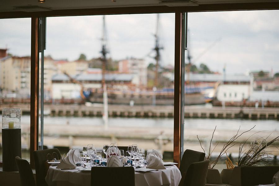 Brölllopsfotograf River Café Göteborg - miljöbild dukning och utsikt över skeppet Göteborg