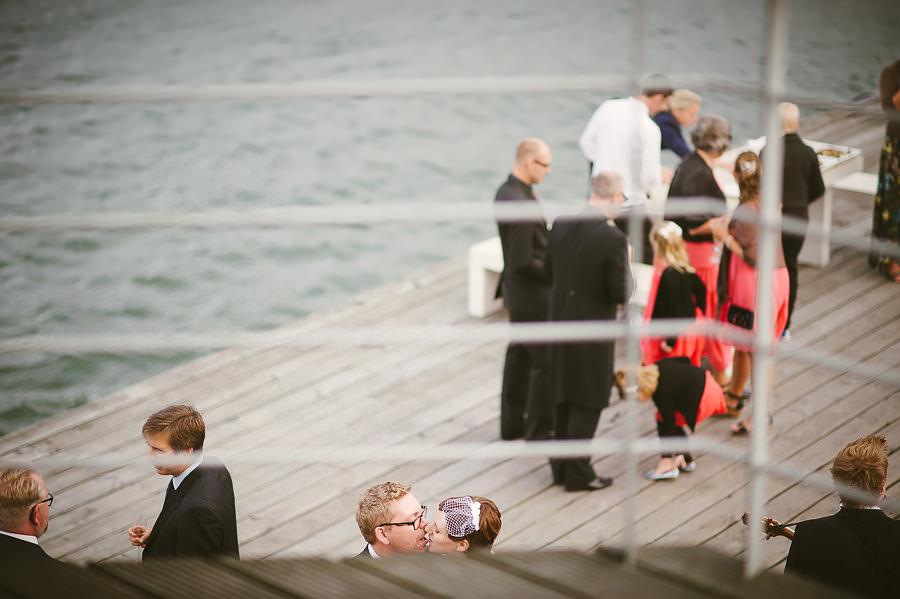 Brölllop Eriksberg River Café Göteborg - Mingel och gratulationer på bryggan efter vigseln