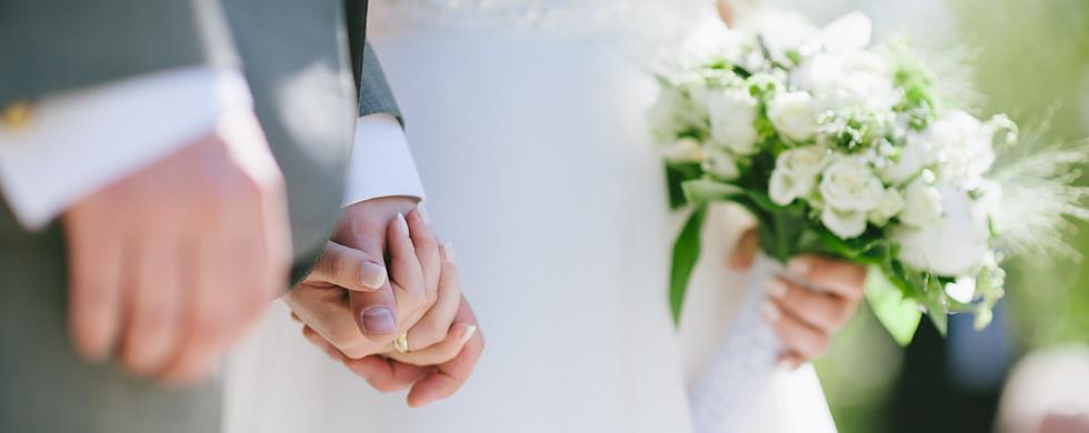 Bröllop vid Sjölyckan, Nääs. Brudparet håller handen.