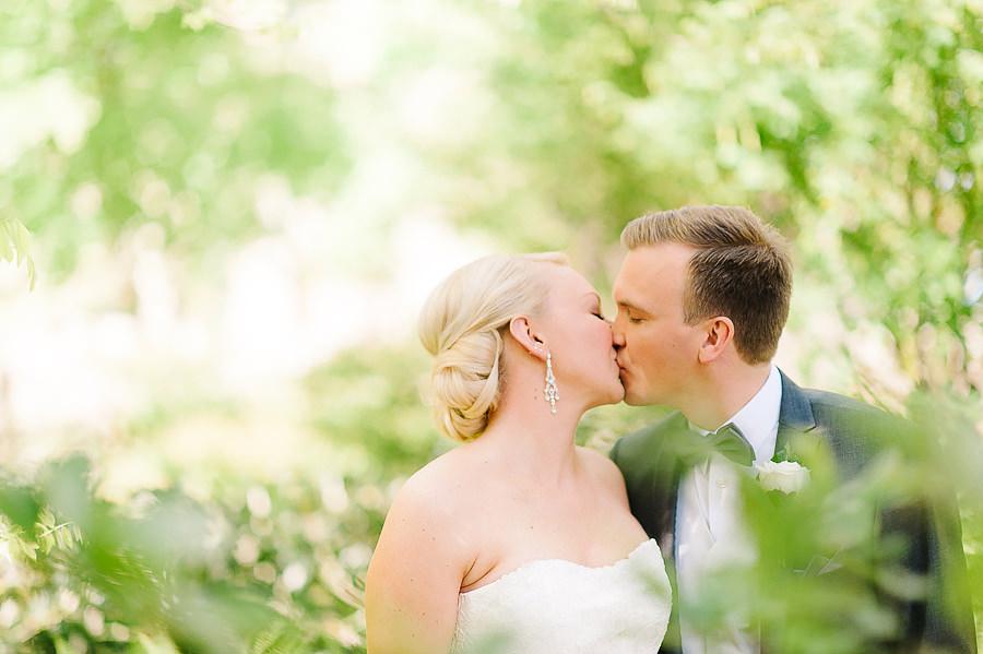 Bröllop i Trädgårdsföreningen Göteborg - porträtt i park - kyss