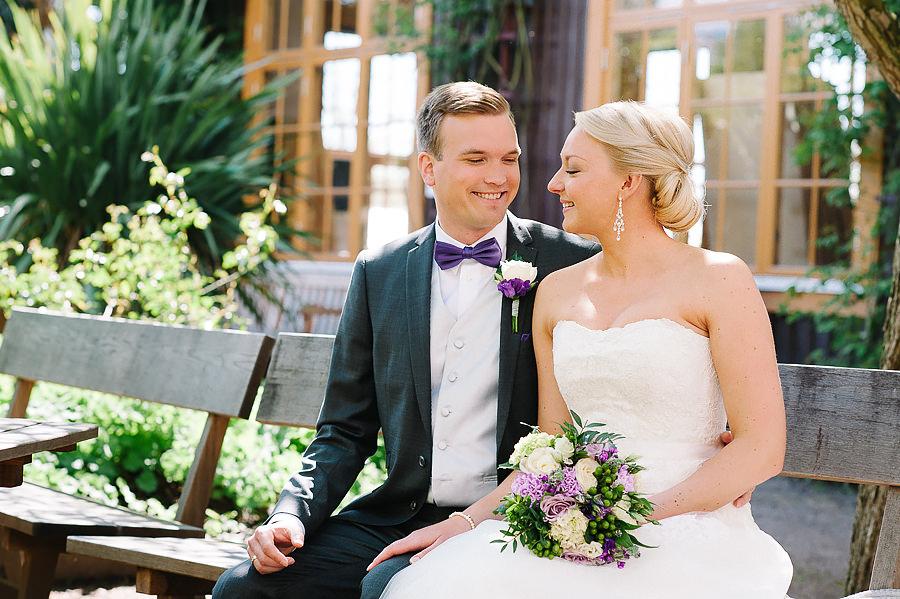 Bröllop i Trädgårdsföreningen Göteborg - porträtt i park - brudparet på parkbänk