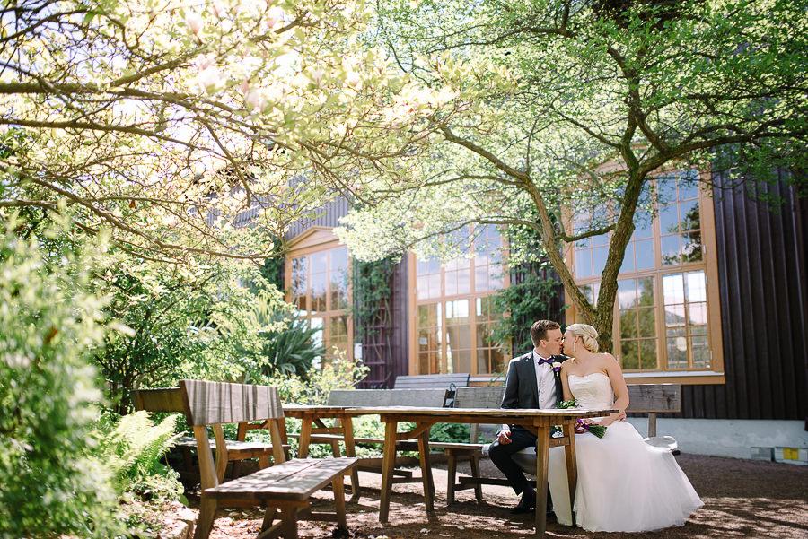bc860745fe08 ... Bröllop i Trädgårdsföreningen Göteborg - porträtt i park - brudparet på  parkbänk ...