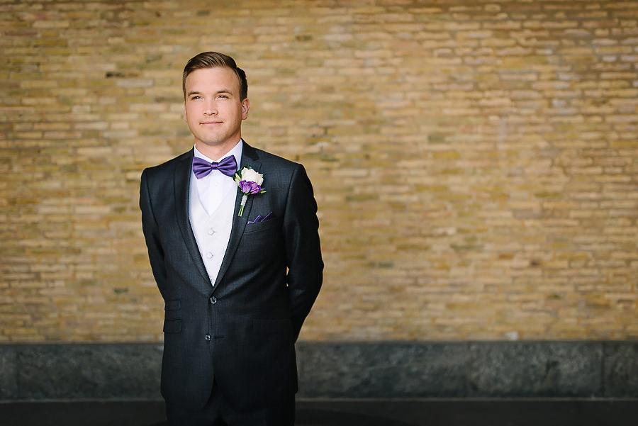 Fotograf Göteborg - bröllopsporträtt vid Konstmuseet - brudgummen