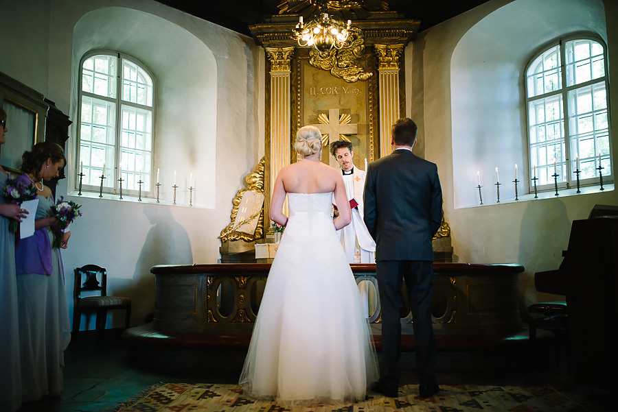 Bröllop Örgryte Gamla Kyrka vigsel - brudparet vid altaret