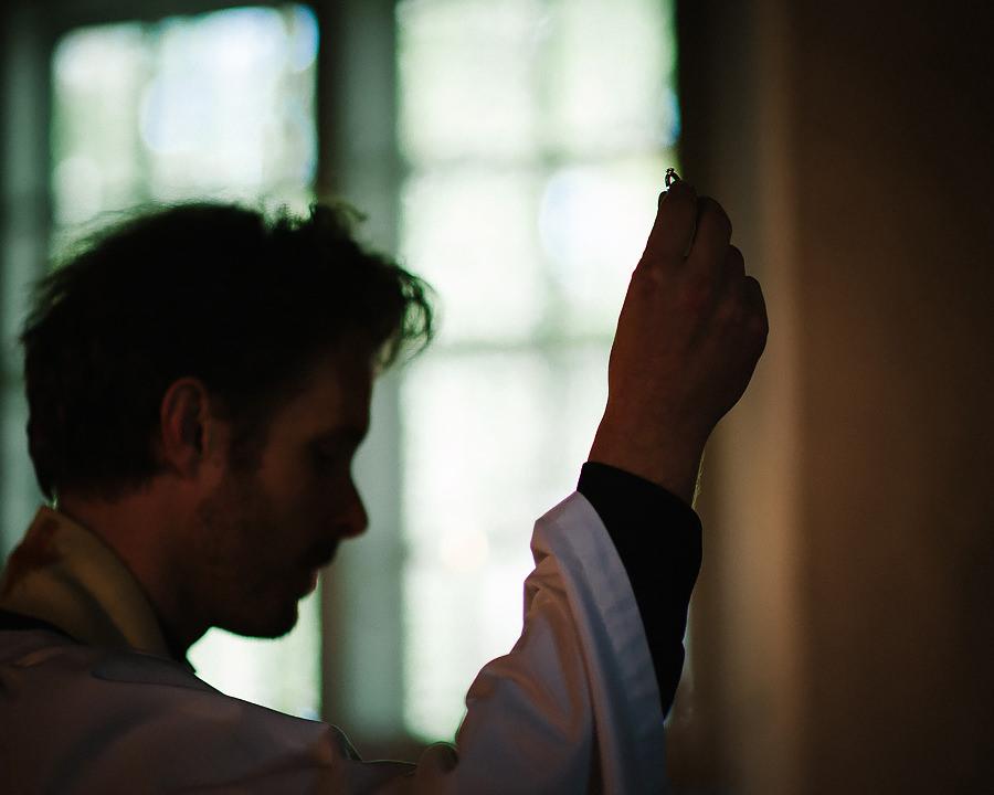 Bröllopsfotograf Örgryte, vigsel i Örgryte Gamla Kyrka prästen med ringarna