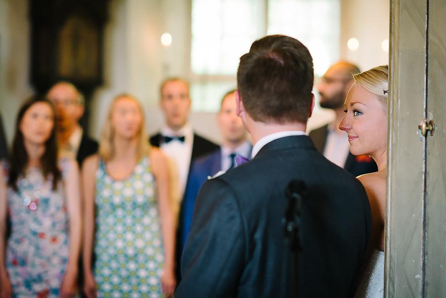 Bröllopsfotograf Örgryte, vigsel i Örgryte Gamla Kyrka - ringbyte
