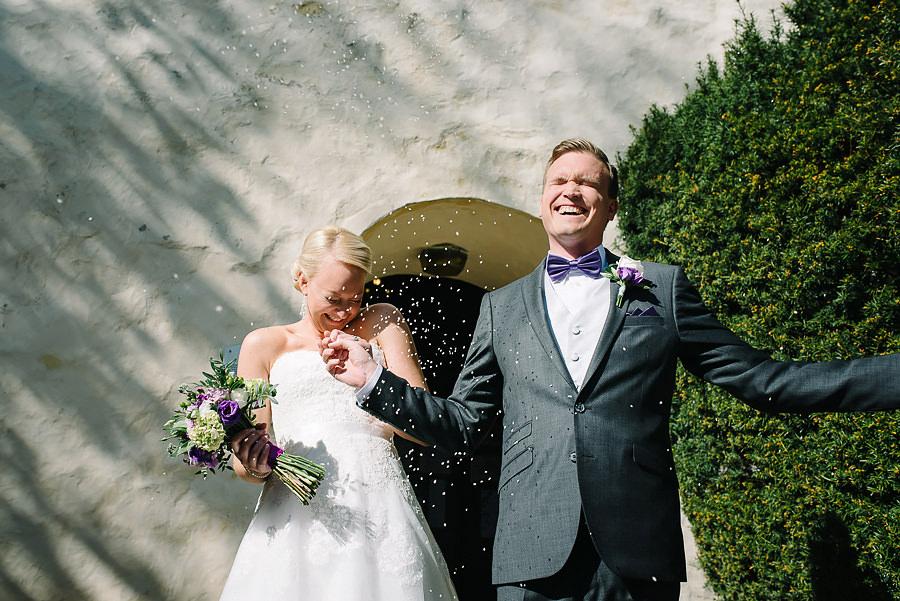bröllopsfotograf Örgryte - riskastning utanför Örgryte Gamla Kyrka
