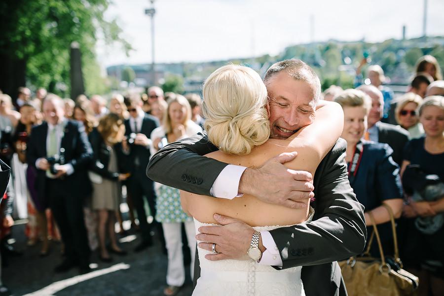 Bröllop i Örgryte Gamla Kyrka - gratulationer utanför kyrkan - bruden kramas