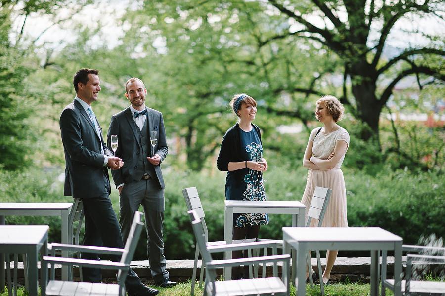 fotograf Göteborg - bröllopsmiddag på Villa Odinslund - mingel