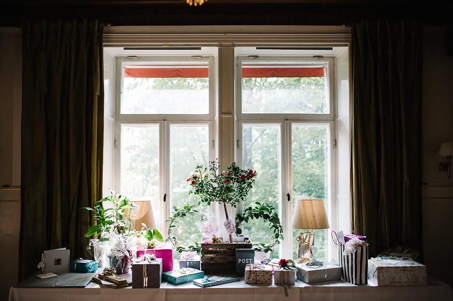 Bröllop på Villa Odinslund - interiör - dukning och detaljer - presentbord