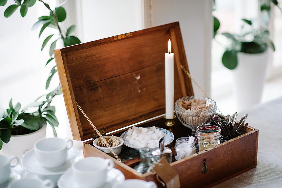 Bröllop på Villa Odinslund - interiör - dukning och detaljer - närbild te