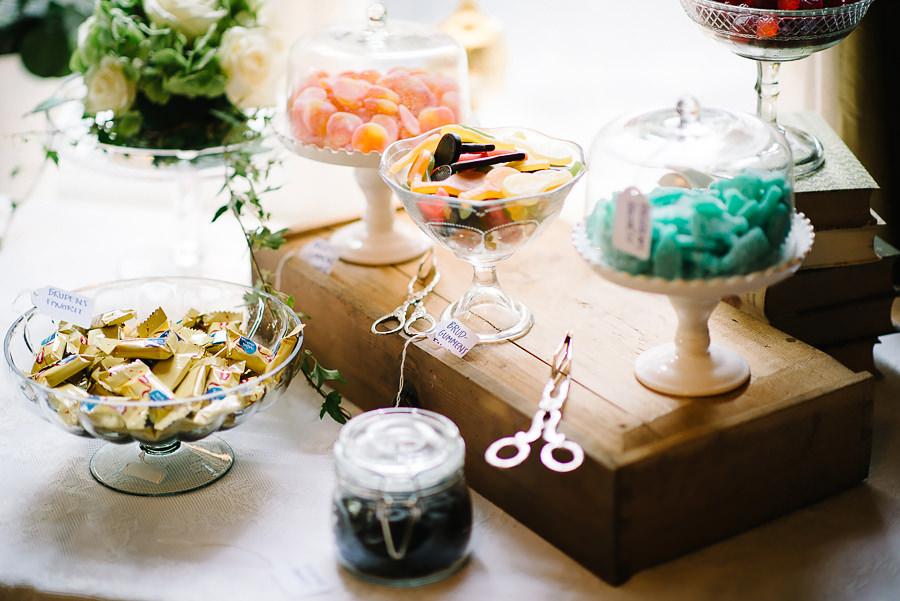 Bröllop på Villa Odinslund - interiör - dukning och detaljer - gottebord / dessertbord godis