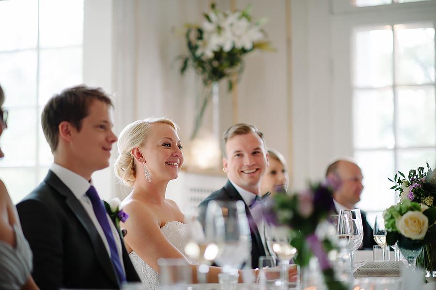 Bröllopsfotograf Villa Odinslund - middag och brudparet vid bordet