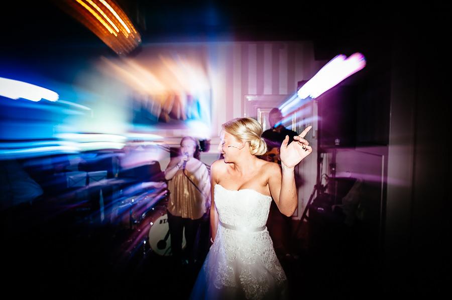 Bröllopsfotograf Villa Odinslund - bruden på dansgolvet