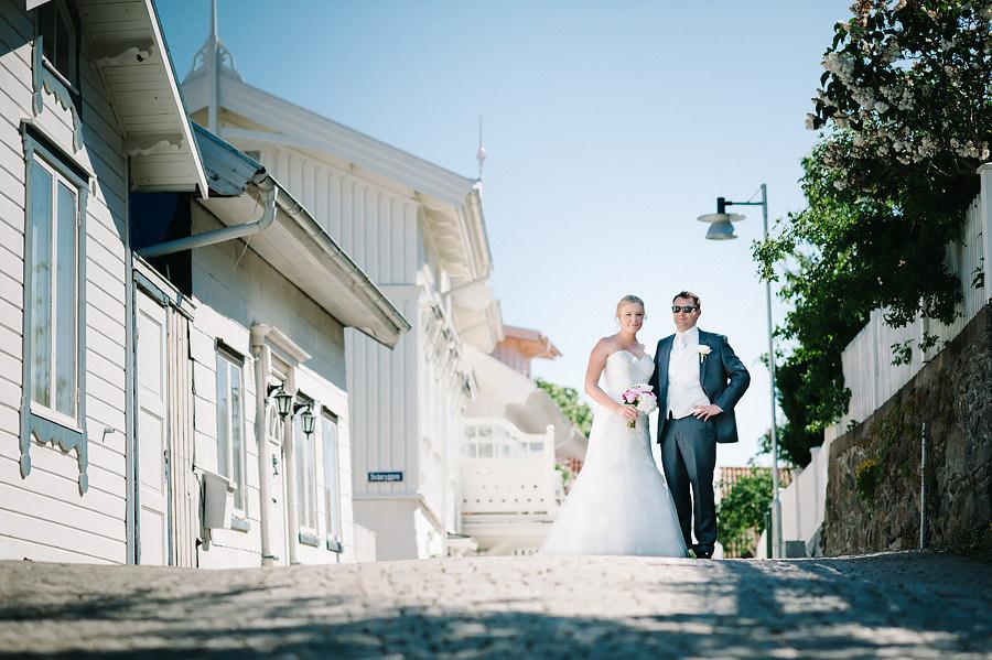 Bröllop på Marstrand Västkusten Sneak Peek - brudparet på avstånd