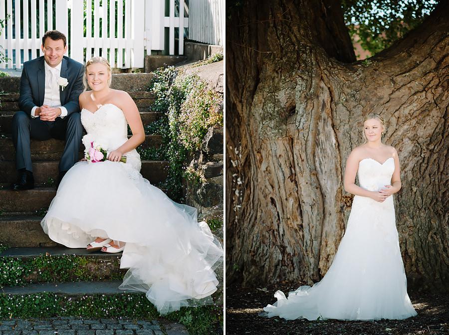 Bröllop på Marstrand Västkusten Sneak Peek - Brudparet sittandes i trappa