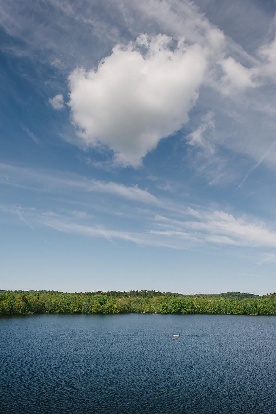 Utsikt från Nääs Fabrikers Hotell. En båt på sjön på bröllopsdagen.