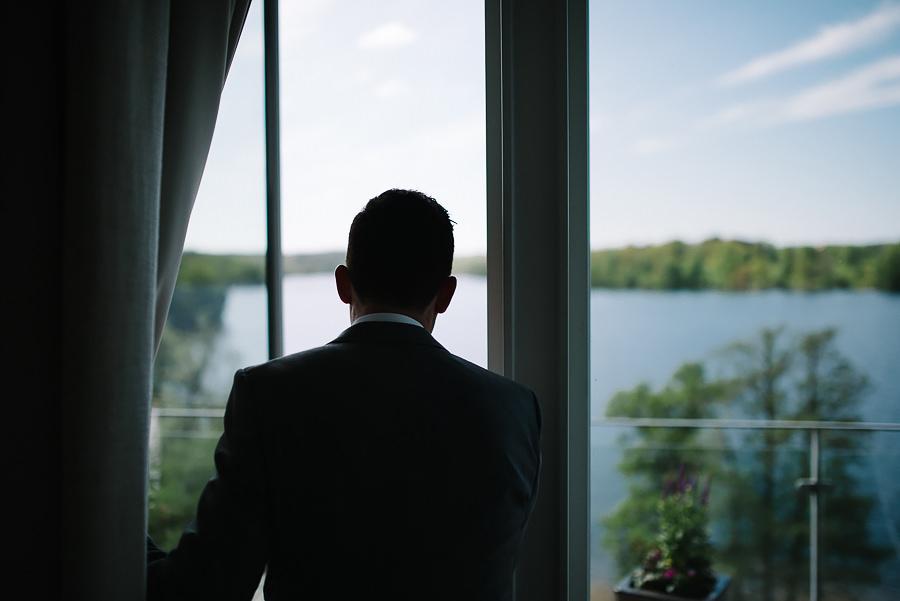 Utsikt från Nääs Fabrikers Hotell. Brudgummen på väg ut på balkongen för first look