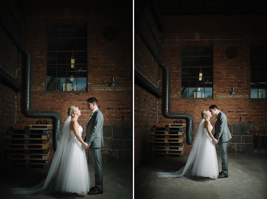 Bröllopsporträtt på lastkaj vid Nääs Fabriker i Tollered utanför Göteborg