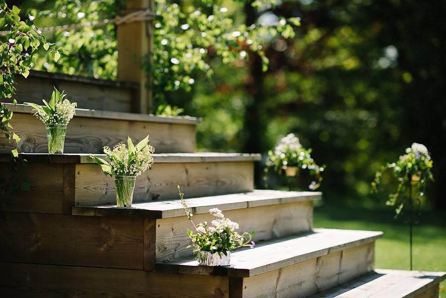 miljöbild på bröllop vid Sjölyckan, Tollered. Liljekonvalj på trappa