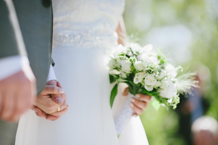 Fotograf Göteborg - Bröllop på Sjölyckan - Brudparet håller handen