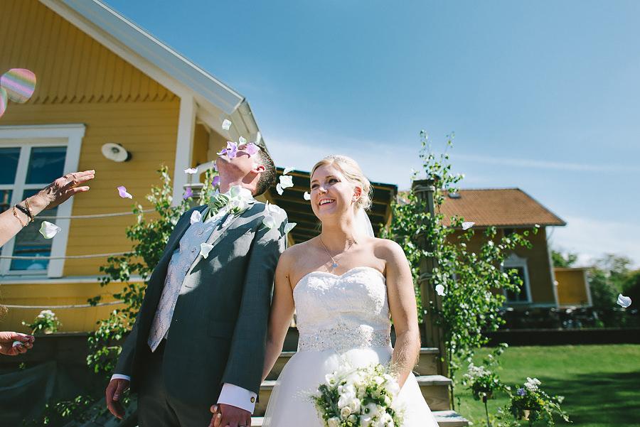 Bröllop - blomblad kastas på brudgummen vid Sjölyckan utanför Göteborg