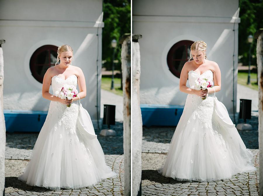 Saltstänkt bröllop på Marstrand - Bruden utanför kyrkan innan vigseln