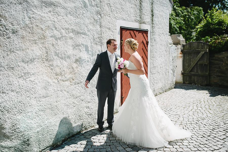 Saltstänkt bröllop på Marstrand - Brud och brudgum utanför kyrkan innan vigseln first look