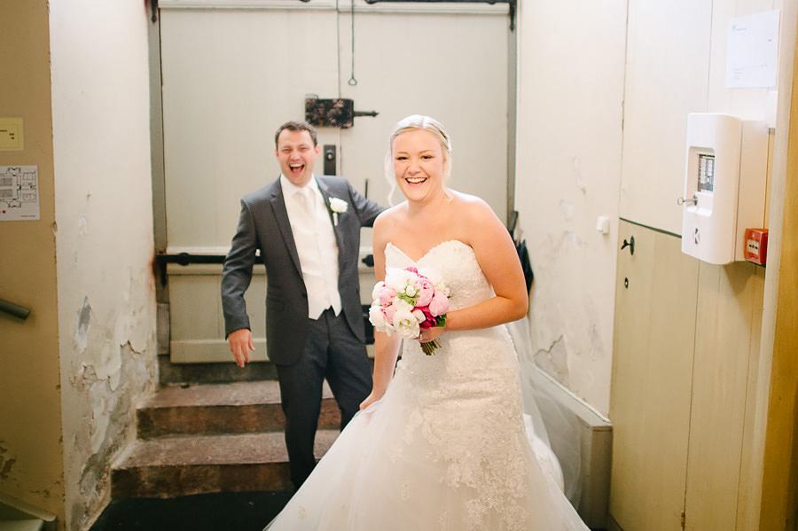 Havsnära bröllop - Vigsel i kyrkan - brudparet efter vigseln