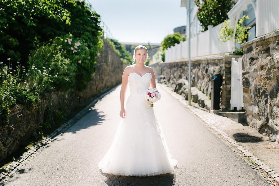 Bröllopsporträtt i hitorisk miljö på Marstrand - bruden i motljus