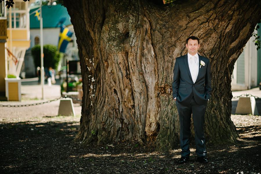 Bröllopsfotograf Marstrand - porträtt på brudgum vid silverpoppeln