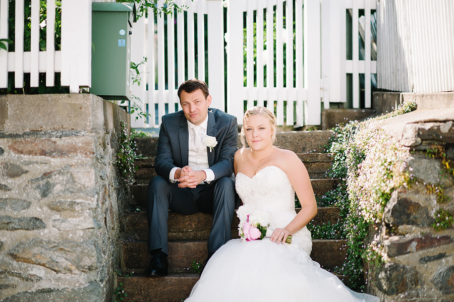 Pittoreskt bröllop på Marstrand - Porträtt i trappa