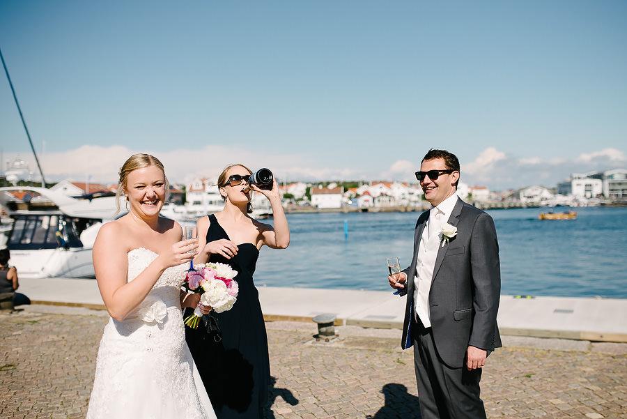Saltstänkt bröllop på Marstrand - champagne på bryggan