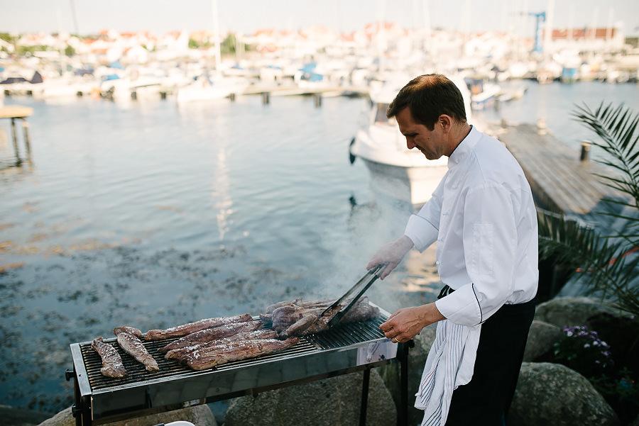 Västkustbröllop på Marstrand - middag och fest - maten grillas