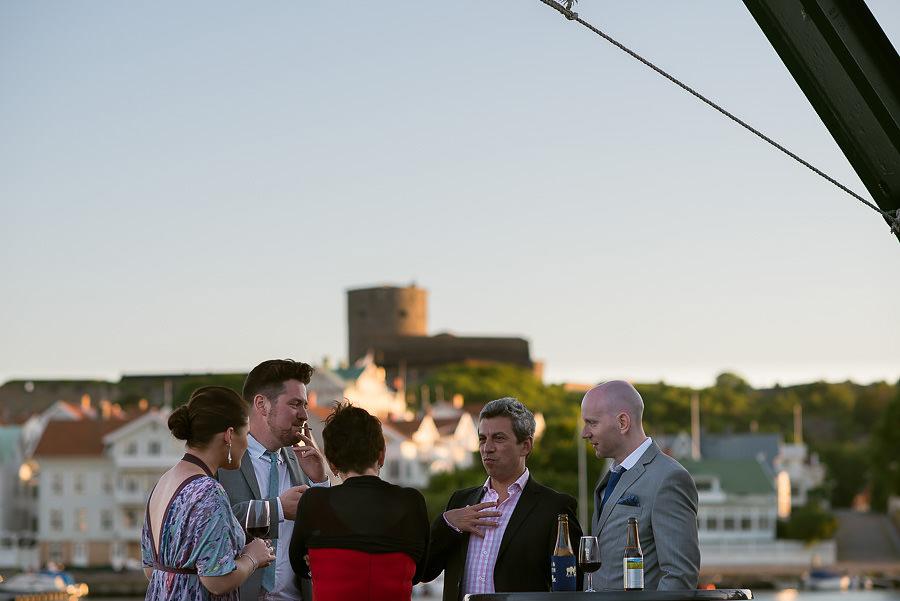 Västkustbröllop på Marstrand - mingel på bryggan med fästningen i bakgrunden