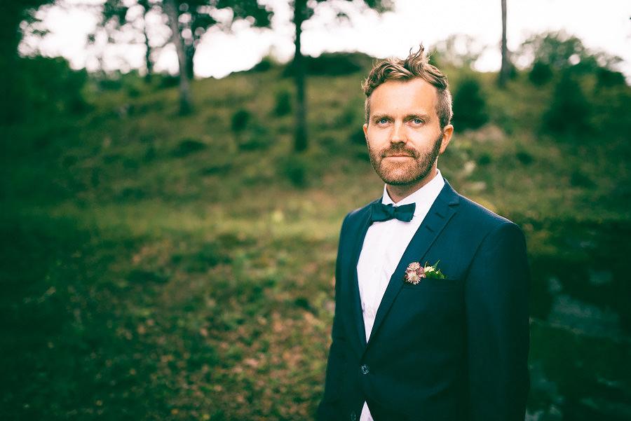 Skogsbröllop vid Viaredssjön, Borås. Porträtt på brudgum.