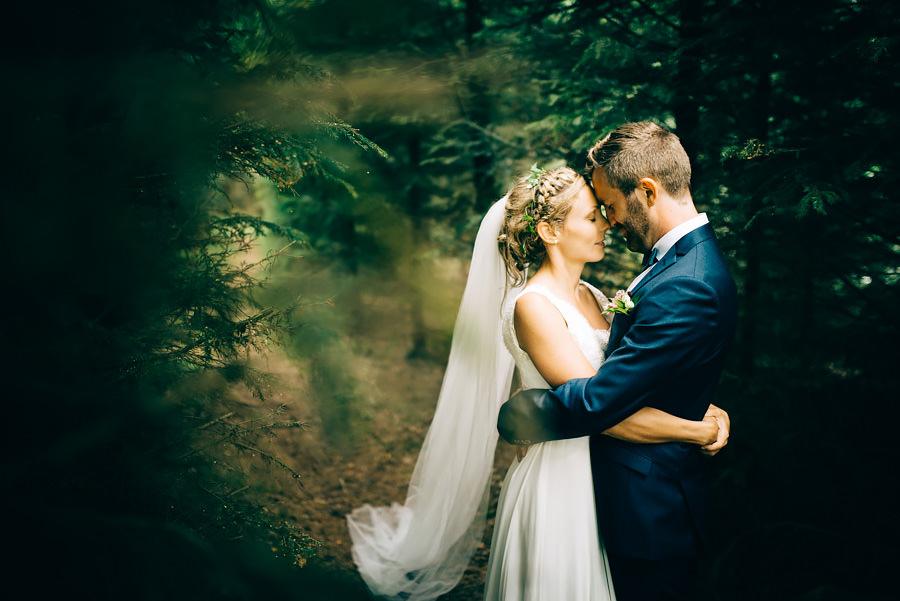 Skogsbröllop i trollskogen. Viared mellan Göteborg och Borås. Porträtt av brudparet.