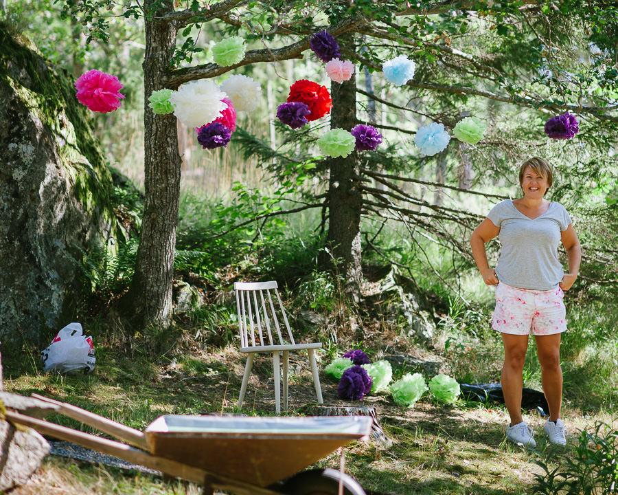 bröllop i sommarstuga - förberedelse pompoms i träd