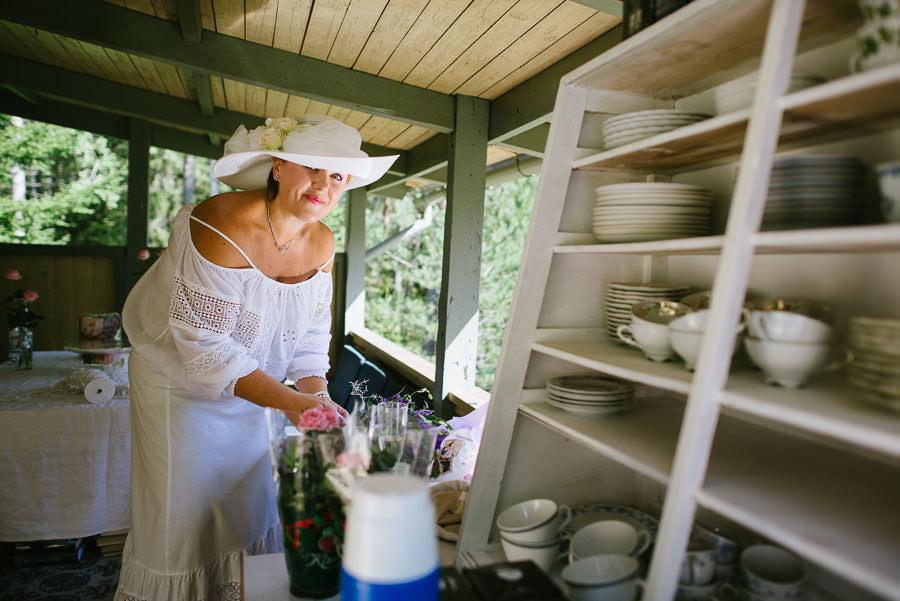 bröllop i sommarstuga - förberedelser buketten vilda blommor